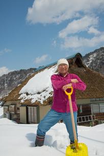 雪国で田舎暮らしを楽しむシニアの写真素材 [FYI00886015]
