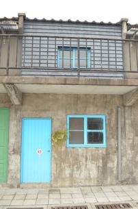 カラフルなドアの家の写真素材 [FYI00886674]