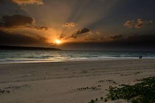 宮古島/前浜リゾートビーチの夕暮の写真素材 [FYI00887139]