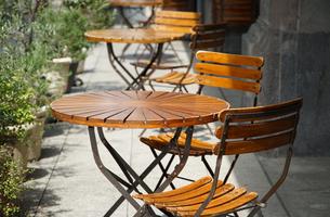 休憩所の木製の丸いテーブルと椅子の写真素材 [FYI00887170]