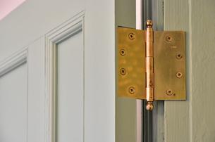 部屋のドアの金色の蝶番の写真素材 [FYI00887174]