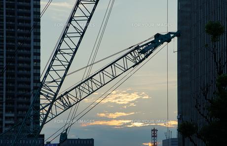 夕陽の照らすビルの谷間の工事現場の写真素材 [FYI00887175]