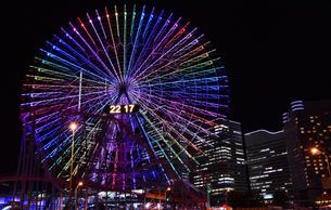 横浜の観覧車のカラフルなイルミネーションの夜景の写真素材 [FYI00887177]