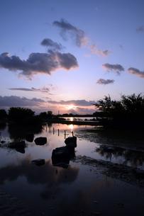 台風後の淀川の夕日の写真素材 [FYI00887212]