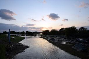 台風後の淀川の夕日の写真素材 [FYI00887213]