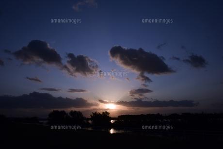 台風後の淀川の夕日の写真素材 [FYI00887223]