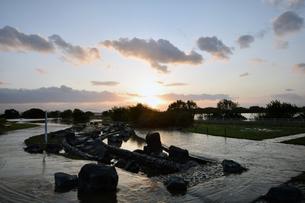 台風後の淀川の夕日の写真素材 [FYI00887227]