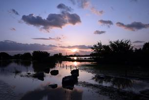 台風後の淀川の夕日の写真素材 [FYI00887230]