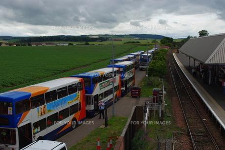並ぶバスの写真素材 [FYI00887244]