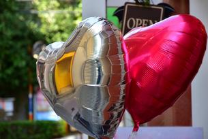 ハート型のピンクとシルバーのバルーンの写真素材 [FYI00887595]