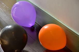室内のフローリングの床のカラフルな風船 の写真素材 [FYI00887651]