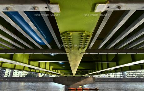 川に架かる鉄道橋の鉄骨を下から見た光景の写真素材 [FYI00887655]