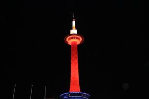 赤くライトアップされた京都タワーの写真素材 [FYI00887737]