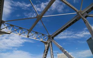 青空と鉄橋の鉄骨の写真素材 [FYI00887756]