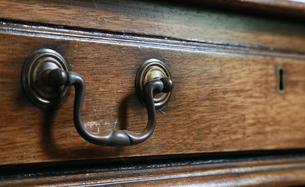 タンスの引き出しの金具と木の木目模様の写真素材 [FYI00887768]