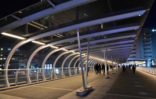 横浜の曲線の屋根の歩道の夜景の写真素材 [FYI00887772]