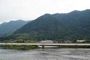 萩の町並み 玉江橋(山陰本線)の写真素材 [FYI00887941]