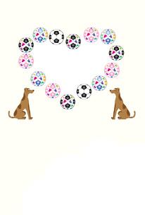 犬とサッカーボールの可愛いハート型の写真フレームの葉書テンプレートのイラスト素材 [FYI00888153]
