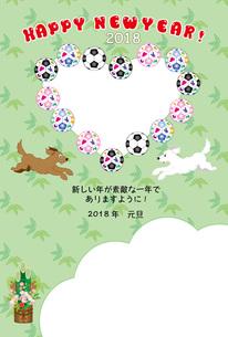 サッカーボールと犬とハート型の写真フレームの年賀状テンプレートのイラスト素材 [FYI00888158]
