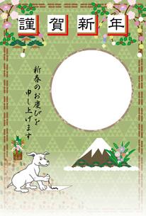 書道で書き初めをする犬の和風写真フレームの年賀状テンプレートのイラスト素材 [FYI00888162]