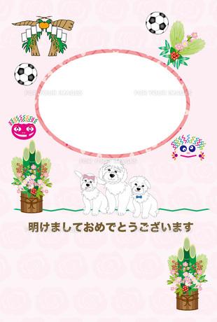 犬の親子とサッカーボールのピンクの丸型写真フレームの年賀状テンプレートのイラスト素材 [FYI00888167]