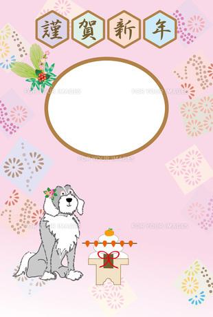 お洒落な花飾りの犬と鏡餅のピンクの和風写真フレームの年賀状