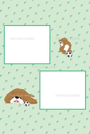 可愛い子犬とサッカーボールの緑色の写真フレームのはがきテンプレートのイラスト素材 [FYI00888183]
