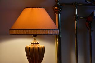 寝室の電気スタンドの灯りの写真素材 [FYI00888289]