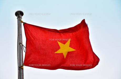 風になびくベトナムの国旗の写真素材 [FYI00888292]