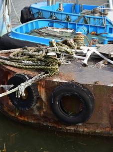 港に停泊している錆びた鉄の船の写真素材 [FYI00888298]