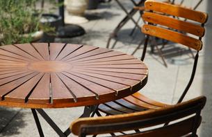 丸い木製のテーブルと椅子の写真素材 [FYI00888309]