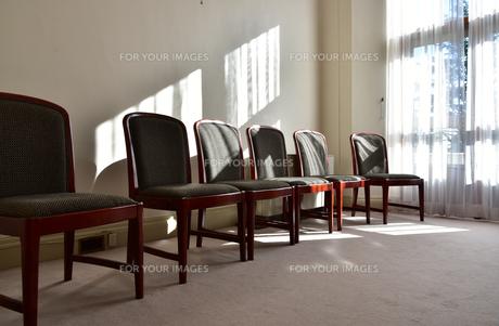 太陽の光の照らす椅子のある部屋の写真素材 [FYI00888318]