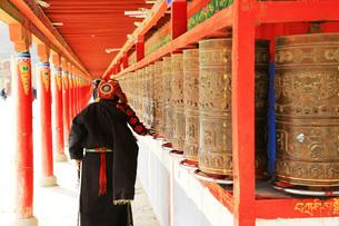 チベット、正月を迎える準備をする人々の写真素材 [FYI00888378]