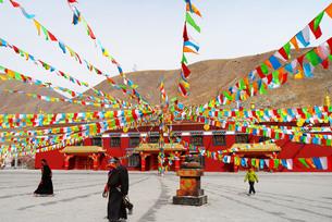 チベット、正月を迎える準備をする人々の写真素材 [FYI00888382]