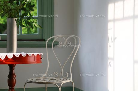 太陽光の照らす部屋の壁の写真素材 [FYI00888495]