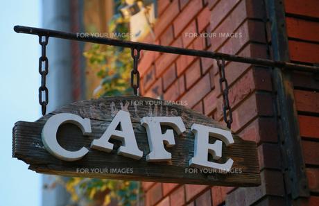 レンガの建物に掛かっている喫茶店の看板の写真素材 [FYI00888505]