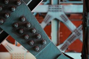 鉄の橋の鉄骨とボルトの写真素材 [FYI00888511]