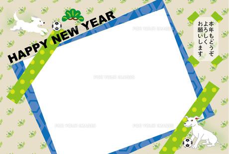 ポップな犬とサッカーボールの写真フレームの年賀状テンプレートの写真素材 [FYI00888554]