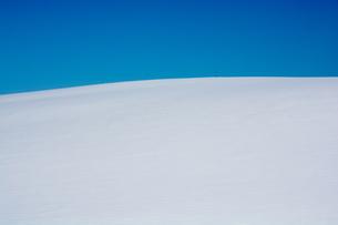 真っ青な青空と真っ白な雪原の写真素材 [FYI00888609]