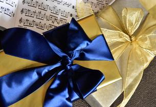 青色と金色のリボンのプレゼントの写真素材 [FYI00888718]