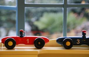 窓際に飾られたおもちゃのレースカーの写真素材 [FYI00888724]