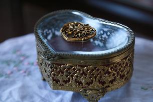ハートの形の宝石箱の写真素材 [FYI00888780]