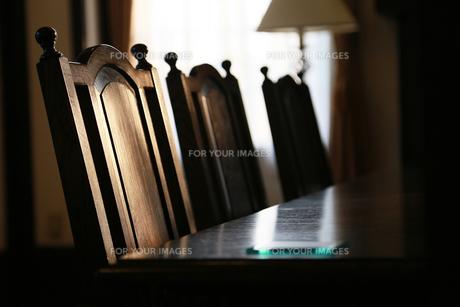 窓からの明かりが照らす食堂の椅子とテーブルの写真素材 [FYI00888798]