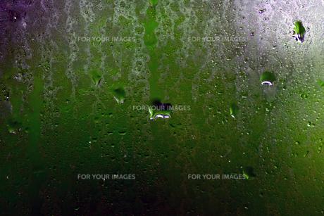 マクロで撮る雨ガラスの写真素材 [FYI00889133]