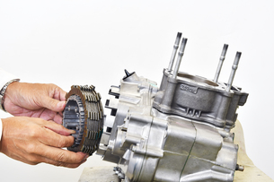 バイクエンジンの整備の写真素材 [FYI00889144]