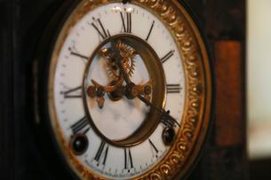 古い置時計の文字盤の写真素材 [FYI00889166]