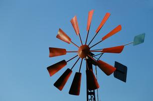 赤色の羽根の風車と青空の写真素材 [FYI00889171]