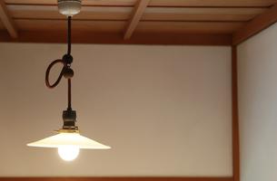 屋内の天井から吊るされた灯りの写真素材 [FYI00889188]