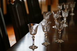 部屋のテーブルの上の多くのグラスの写真素材 [FYI00889189]