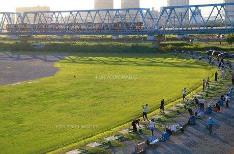 夕方の多摩川沿いのゴルフ練習場の写真素材 [FYI00889191]